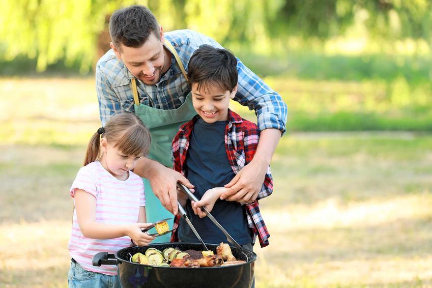 Dzieci z ojcem przy grillu, a także grill dla dzieci krok po kroku - dania, potrawy i przepisy, które smakują dzieciom