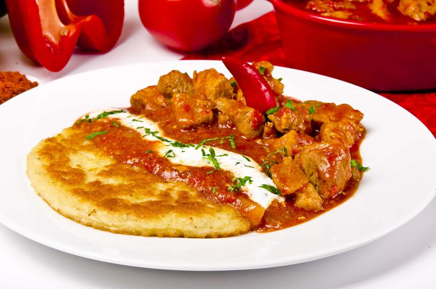 Placki ziemniaczane po węgiersku na talerzu na stole, a także przepis, wskazówki i porady kulinarne