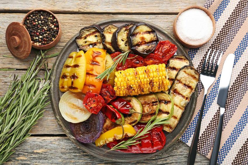 Grillowane warzywa na grillu na talerzu, a także dania i potrawy z grilla wegetariańskie krok po kroku