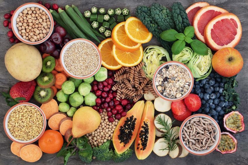 Warzywa i owoce rozłożone na płasko, mnóstwo zdrowych produktów, produkty stosowane przy dnie moczanowej, jakiech posiłków unikać w przypadku podagry