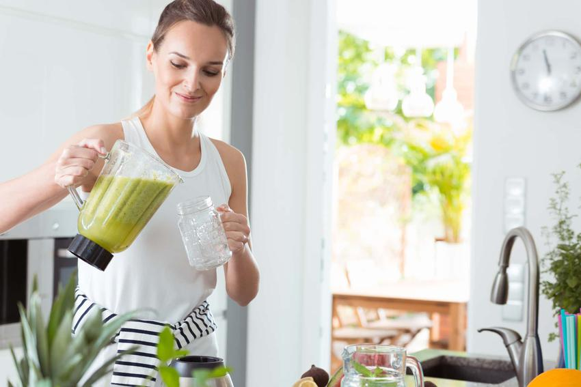 Kobieta nalewa do szklanki koktajl, zielony koktajl dietetyczny, zasady stosowania diety koktajlowej
