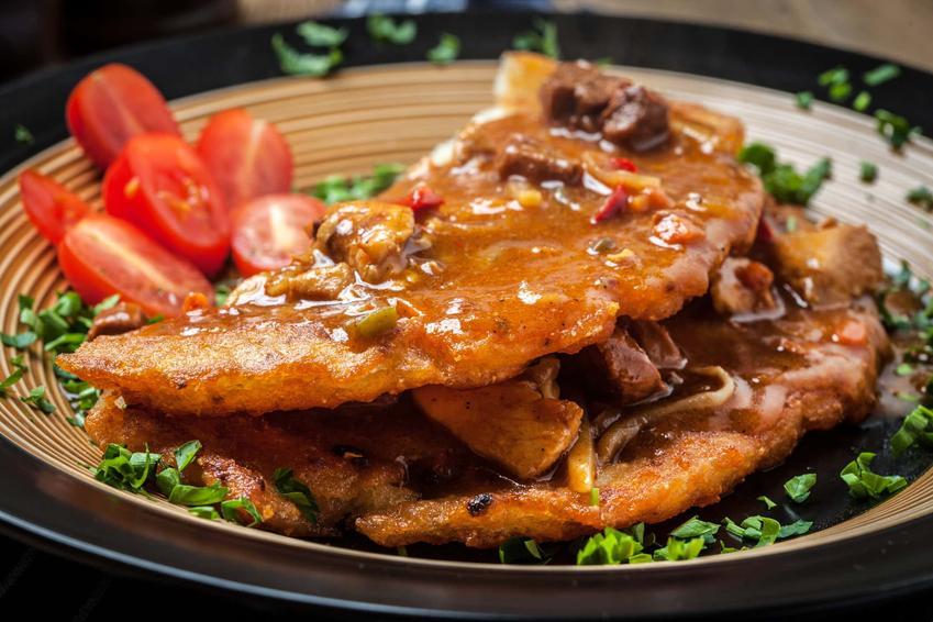 Placki ziemniaczane z gulaszem na talerzu, a także najlepsze przepisy i praktyczne porady kulinarne krok po kroku