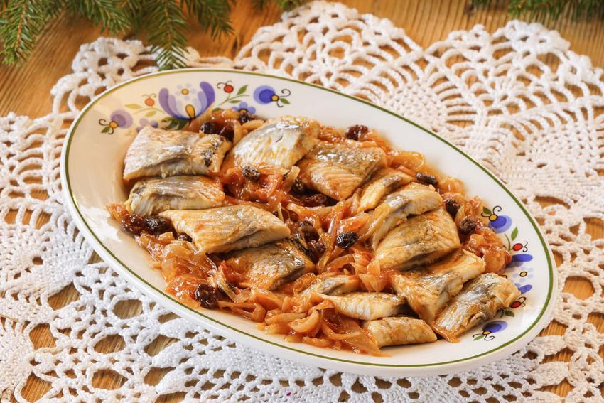 Śledzie po sułtańsku na owalnym talerzu, a także najlepsze i smaczne przepisy oraz porady kulinarne
