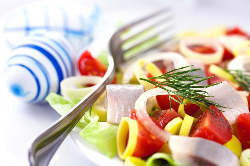 Śledzie po meksykańsku na talerzu z kolorowymi warzywami, a także najlepsze przepisy krok po kroku