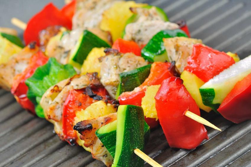 Kolorowe szaszłyki z warzyw, a także inne pomysły na fit grill, czyli przepisy na dietetyczne potrawy z grilla
