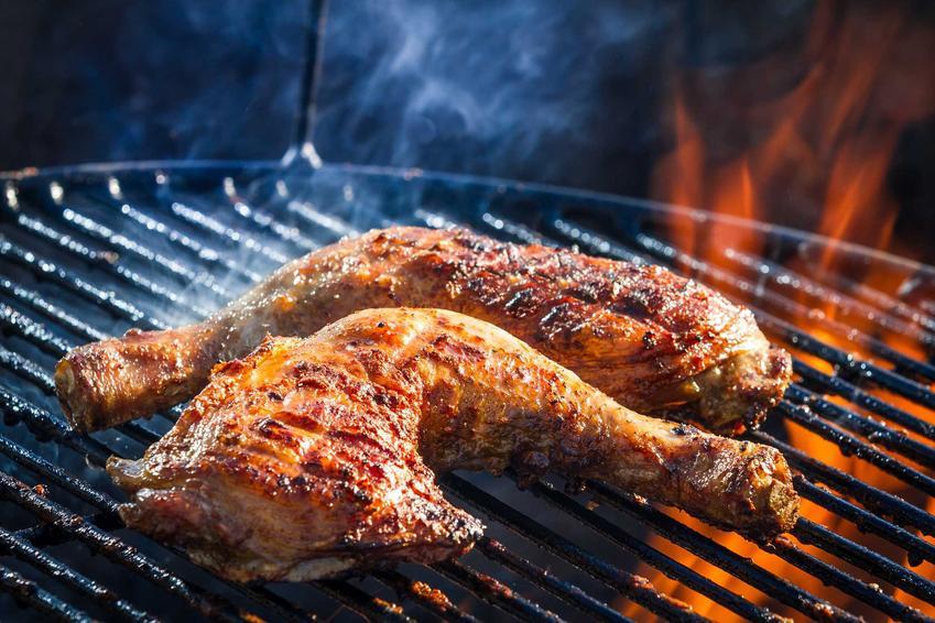 Kurczak pieczony na grillu, a także tanie jedzenie na grilla krok po kroku, najlepsze przepisy na grilla