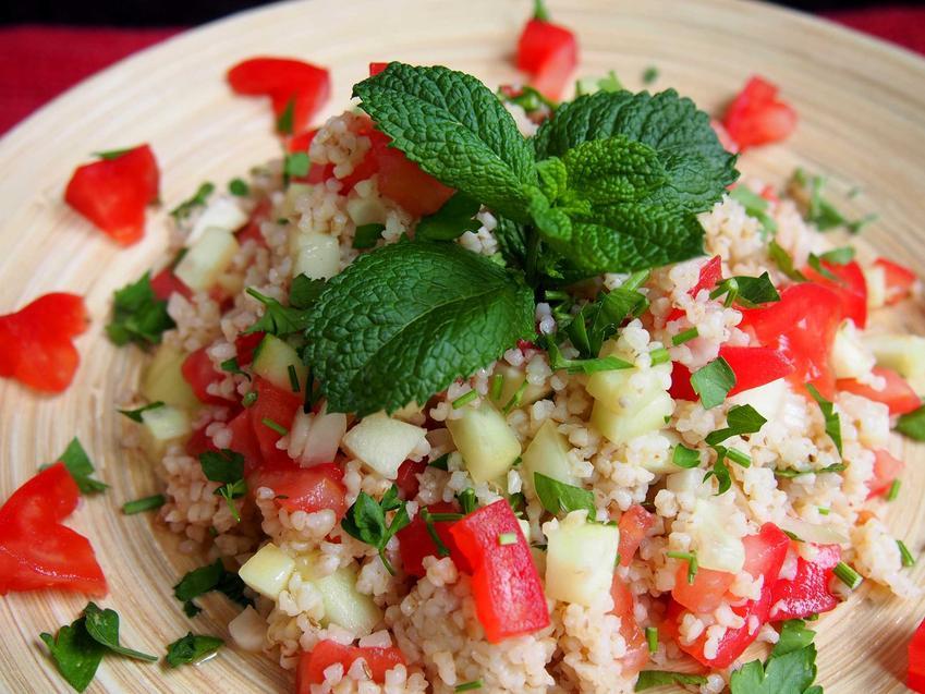 Sałatka z kaszą bulgur, pomidorami i miętą, a także inne przepisy na sałatkę z kaszą bulgur - sprawdzone, szybkie i smaczne