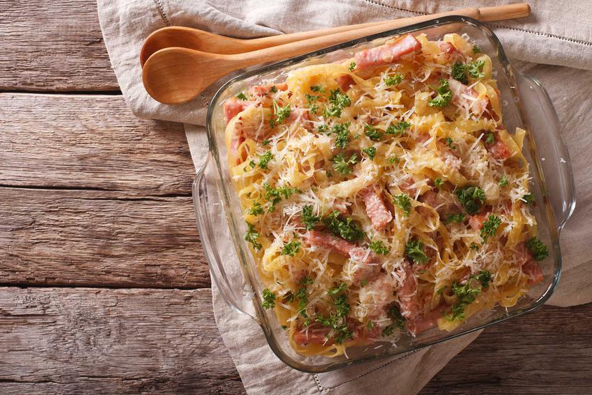 Zapiekanka z makaronem i szynką w naczyniu żaroodpornym, a także najlepsze przepisy na zapiekankę makaronową, proste, szybkie i smaczne