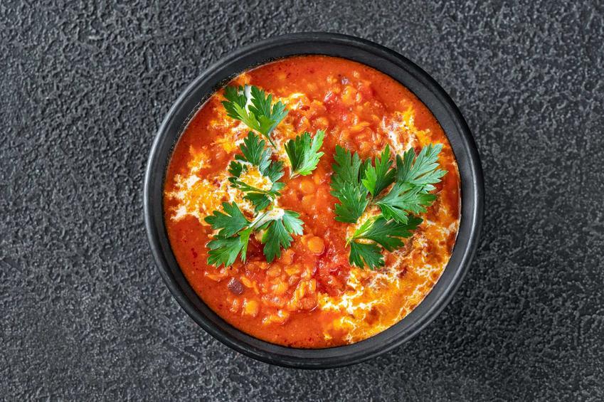 Zaupa meksykańska z kurczakiem i warzywami w miseczce, a także najlepsze przepisy na zupę meksykańską, proste, smaczne i szybkie