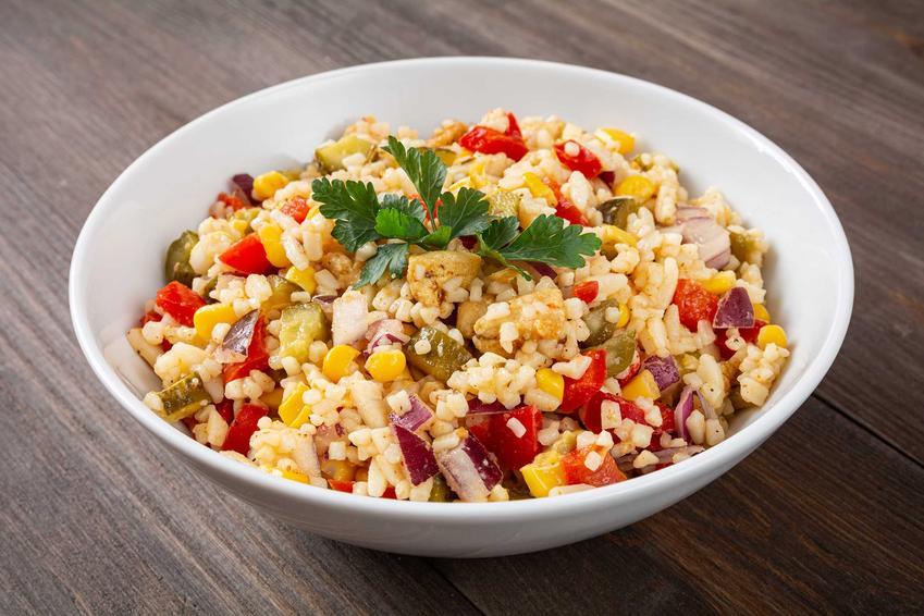 Sałatka z kukurydzą i warzywami, a także inne szybkie przepisy na sałatkę z kukurydzą, szybkie i smaczne sałatki