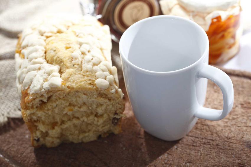 Ciasto drożdżowe z serem obok kubka z mlekiem, a także inne szybkie i proste przepisy na ciasto drożdżowe z serem białym krok po kroku