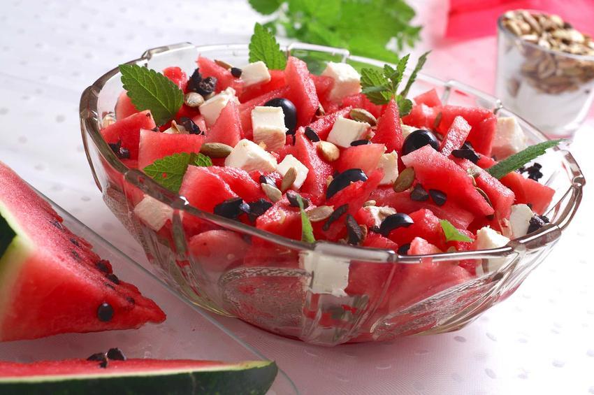Sałatka z kawałków arbuza z serem feta, a także smaczne, proste i szybkie przepisy na ciekawą sałatkę z dodatkiem arbuza