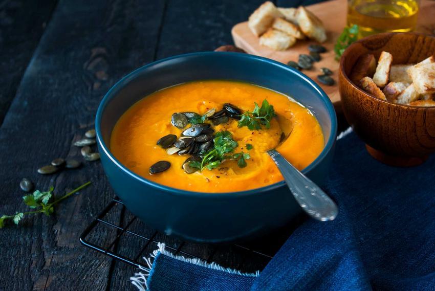 Pomarańczowa zupa z dyni piżmowej posypana ziarenkami dyni, a także inne przepisy na zupę z dyni piżmowej, smaczną, sycącą i aromatyczną