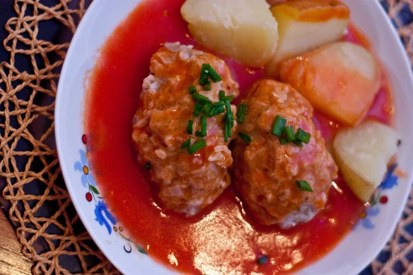 Gołąbki bez zawijania w sosie pomidorowym z ziemniakami, a także inne ciekawe przepisy na gołąbki bez zawijania, nieco inne niż typowe