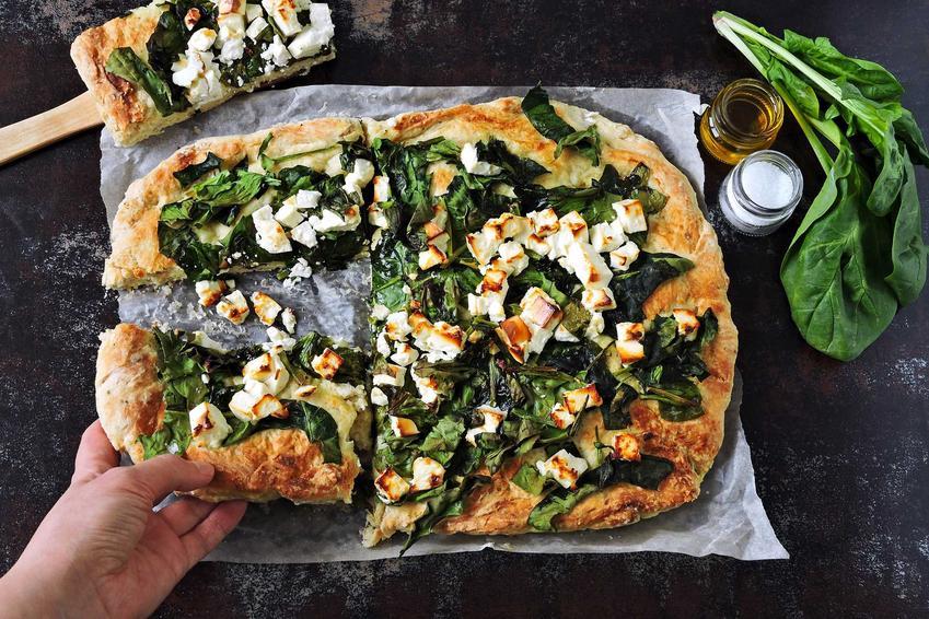 Prostokątna domowa pizza ze szpinakiem i serem feta, a także przepisy, jak zrobić szybką i smaczną pizzę ze szpinakiem w domu