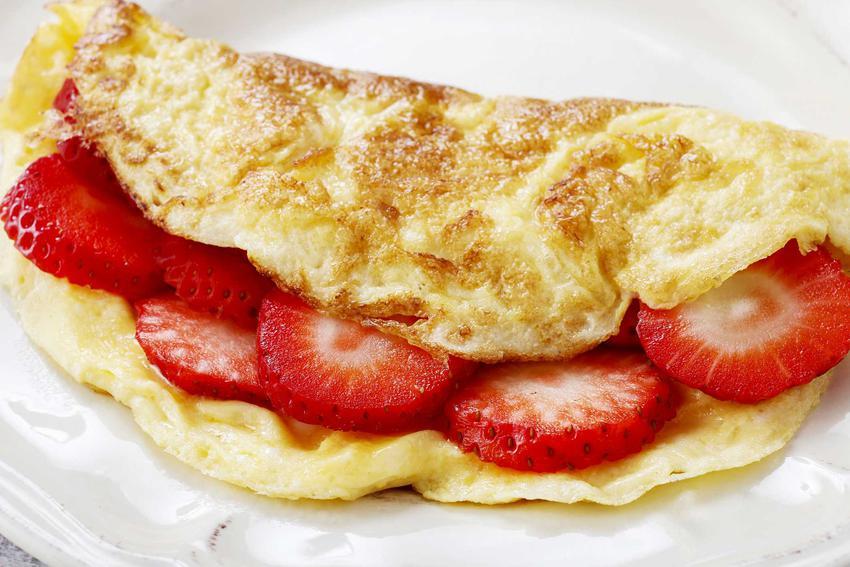Puszysty omlet z truskawkami i dodatkami, a także najlepszy omlet na słodko, czyli najsmaczniejsze i najszybsze przepisy