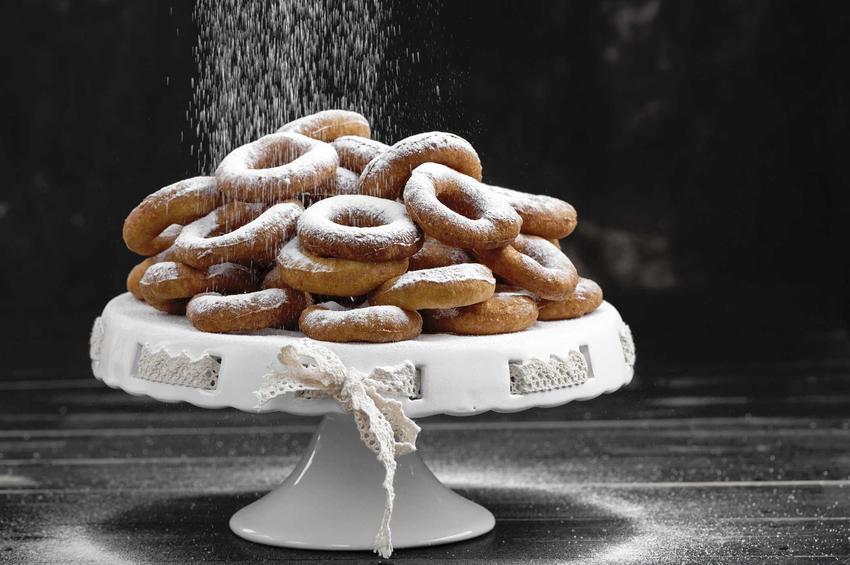Oponki z serem z ciasta drożdżowego na paterze posypane cukrem pudrem, a także najlepsze tradycyjne przepisy