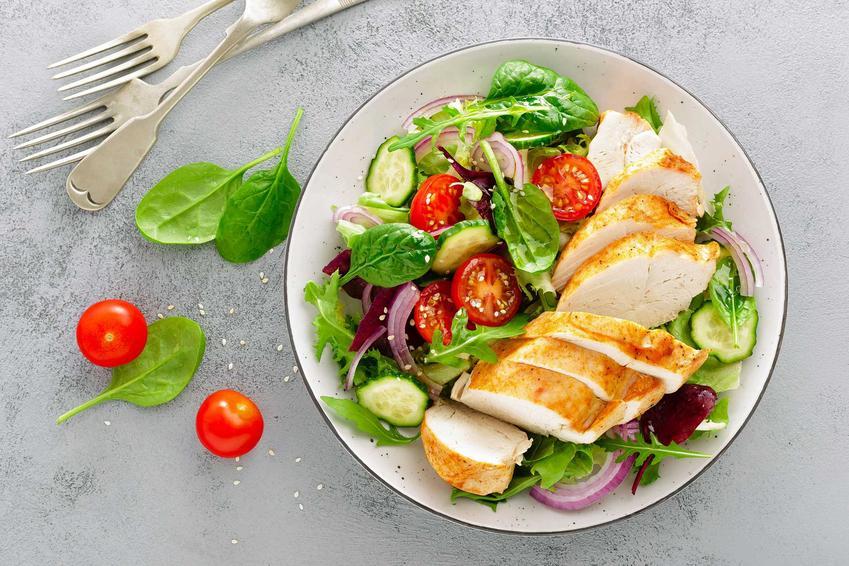 Talerz z sałatką z piersią z kurczaka, a także dieta na woreczek żółciowy krok po kroku, czyli jadłospis, zasady i produkty