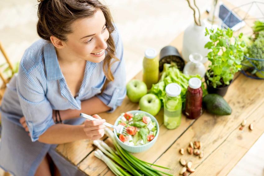 Kobieta jedząca sałatkę zgodnie z dietą na Hashimoto, a także opis zasad diety, jadłospis i przykładowe przepisy