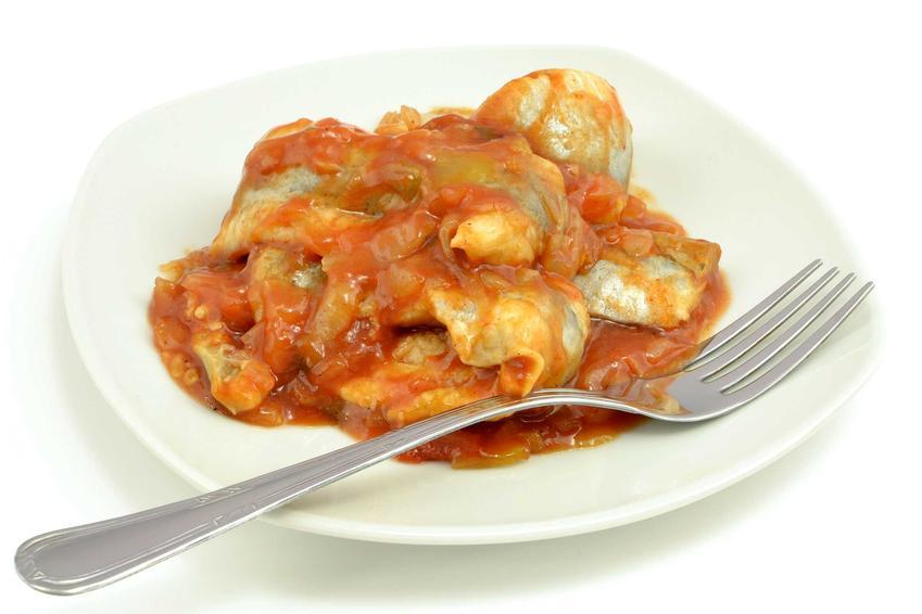 Śledzie po kaszubsku na talerzyku z dodatkiem sosu pomidorowego, a także sprawdzone i pyszne przepisy