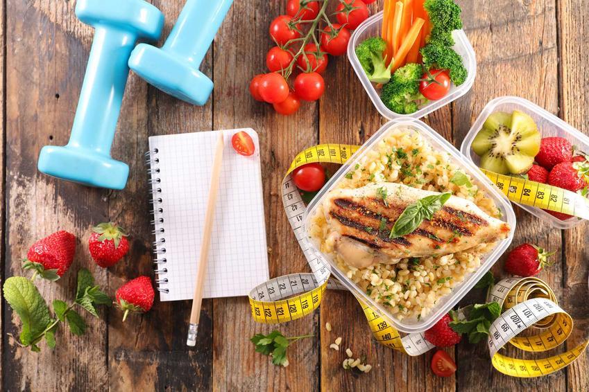 Danie z kurczakiem i różne owoce i warzywa, a także dieta na płaski brzuch - najważniejsze informacje, jadłospis i przepisy