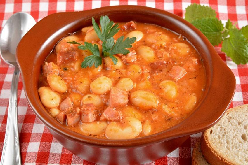 Fasolka po bretońsku z kiełbaską i sosem pomidorowym w ceramicznej misce, a także najlepsza fasolka po bretońsku