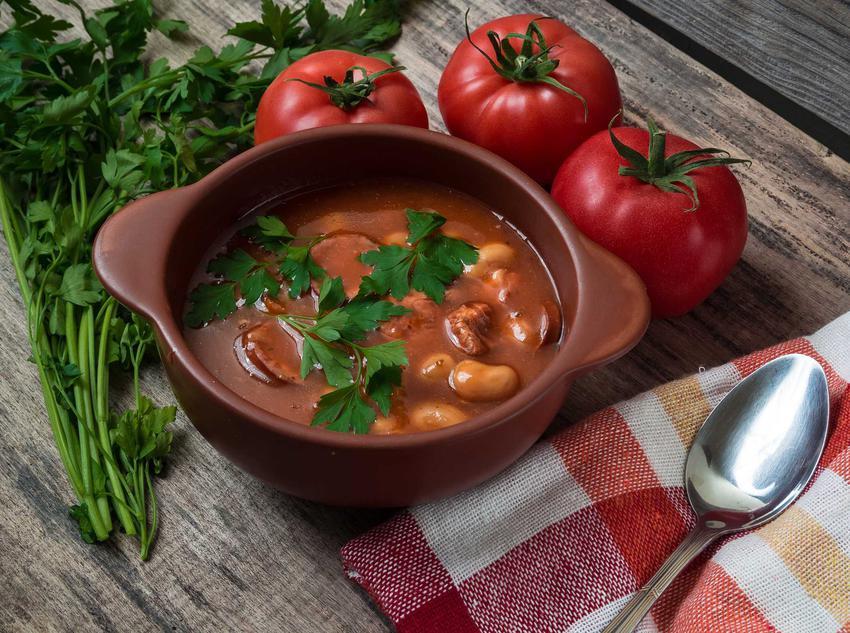 Zupa fasolowa z kiełbasą i pomidorami, a także najlepsze przepisy na prostą, szybką i smaczną zupę fasolową