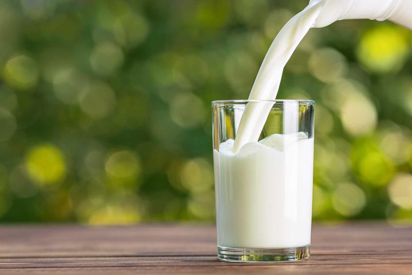 Mleko nalewane do szklanki, a także fakty i mity o rónych teoriach żywnościowych i kwaśniejącym mleku