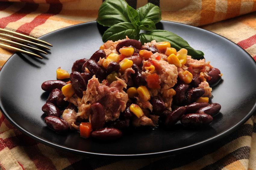 Sałatka z czerwoną fasolą, tuńczykiem i kukurydzą, a także inne przepisy na szybką, smaczną i zdrową sałatkę z czerwoną fasolą