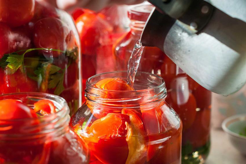 Pomidory w słoikach jako pomidory na zimę, czyli pasteryzacja i przepis na gotowane pomidory w słojach