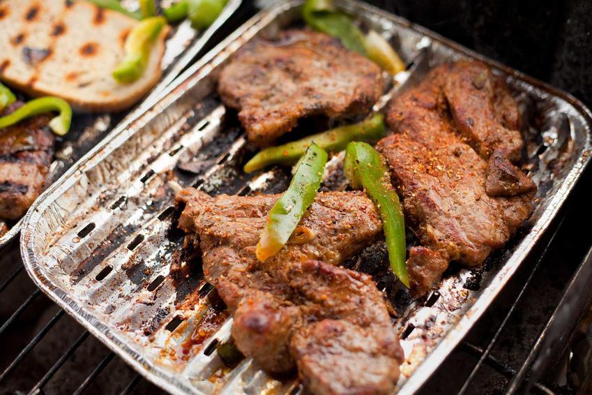 Grillowana karkówka na aluminiowej tacce, a także dania na grilla, najlepsze pomysły i przepisy na grilla