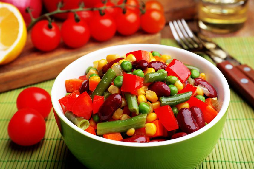 Sałatka z fasolką szparagową na talerzu z kolorowymi warzywami, a także przepisy na sałatki z fasolką