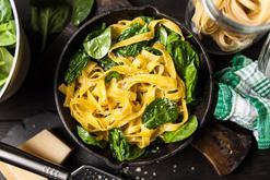 Makaron ze szpinakiem fit - 3 proste przepisy na błyskawiczne danie