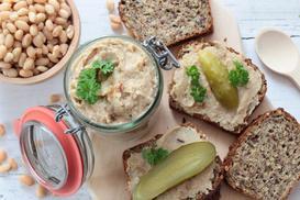 Smalec z fasoli – 2 zaskakujące przepisy na smaczny dodatek do pieczywa