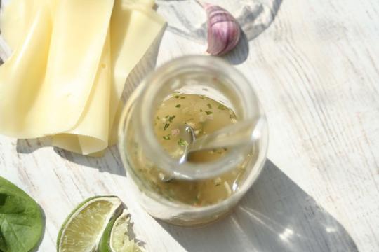 Sosy do sałatek - rodzaje, przepisy, składniki, porady