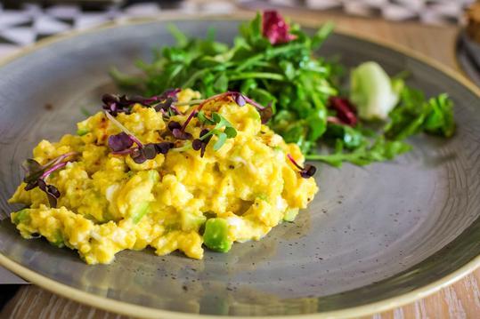 Jajecznica – rodzaje, przepisy, dodatki, przygotowanie, ciekawostki