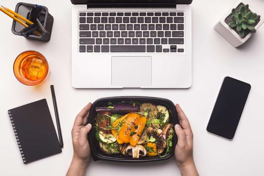 Jakie jedzenie zabrać do pracy? Oto pomysły na smaczne i zdrowe pomysły na obiad pracy