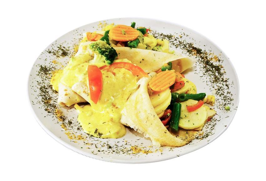 Naleśniki z kolorowymi warzywami, ułożone na białym talerzu.