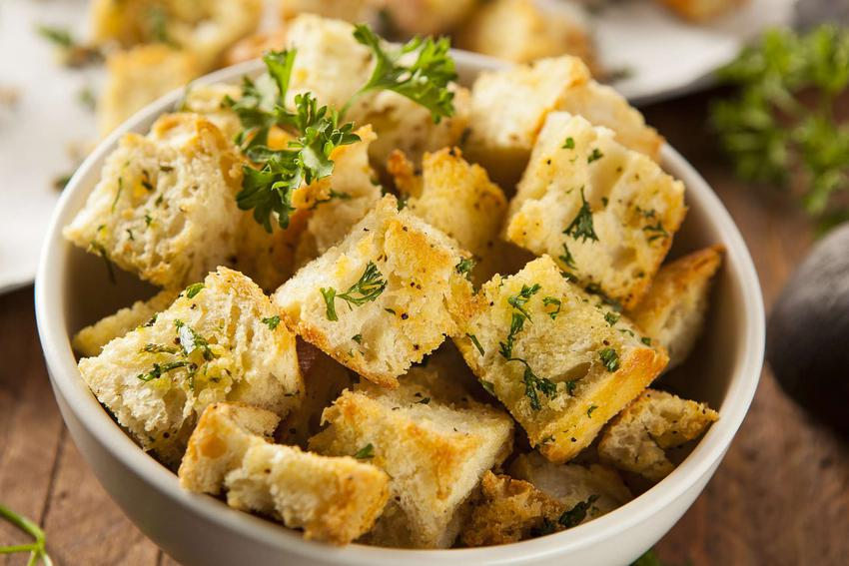 Grzanki z chleba znajdują się w białej miseczce.
