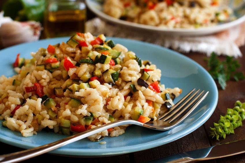 Risotto z warzywami na dużym talerzu.
