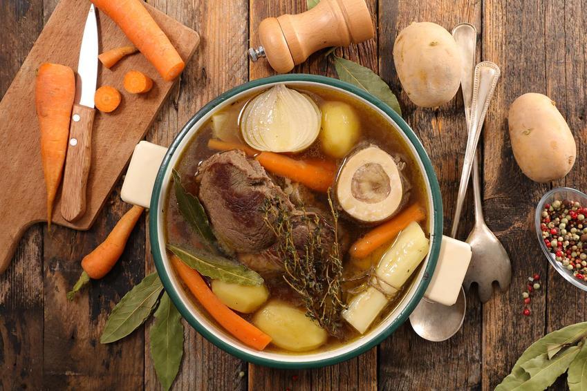 Garnek z warzywami i mięsem do przygotowania wołowego bulionu