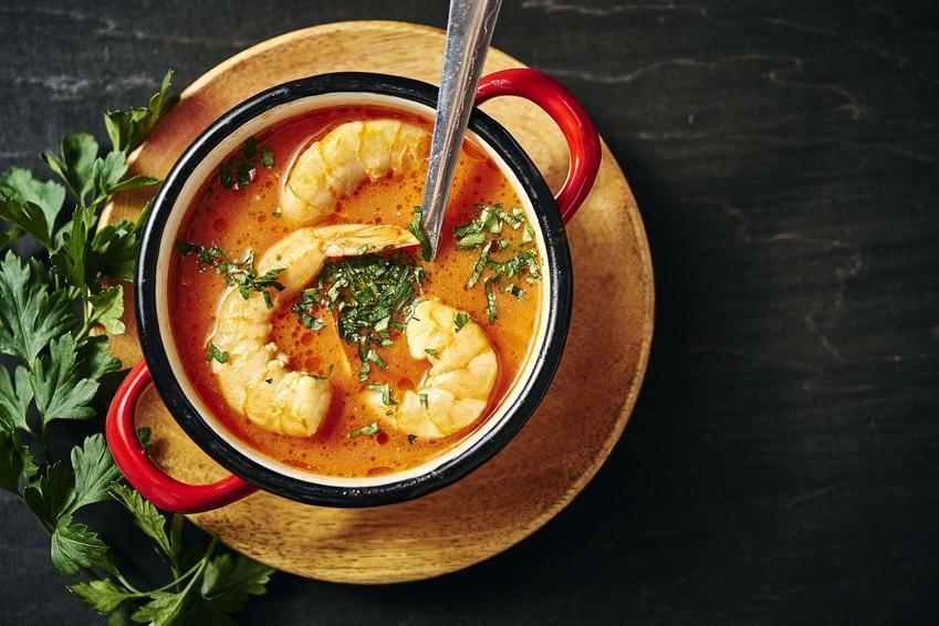 Tradycyjna tajska zupa krewetkowa podana ze świeżą kolendrą