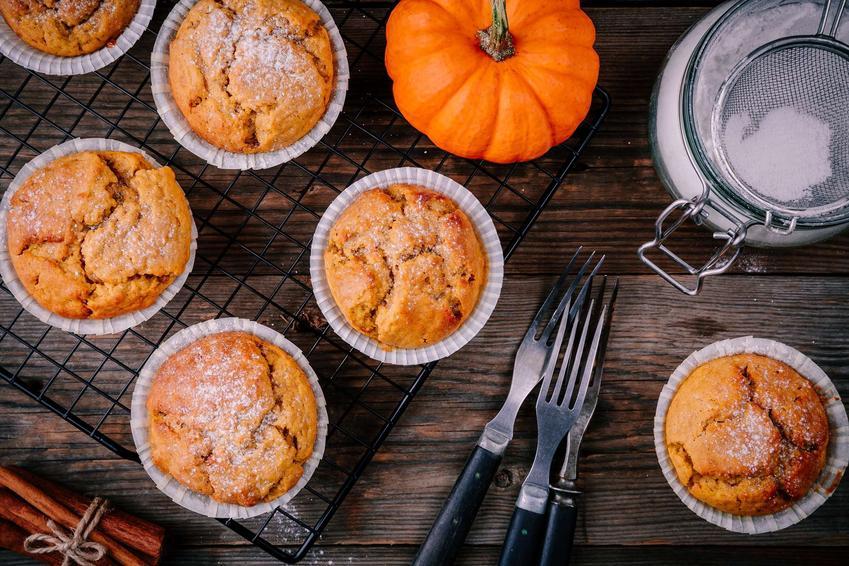 Muffinki dyniowe ułożone na kratce i oprószone cukrem pudrem.
