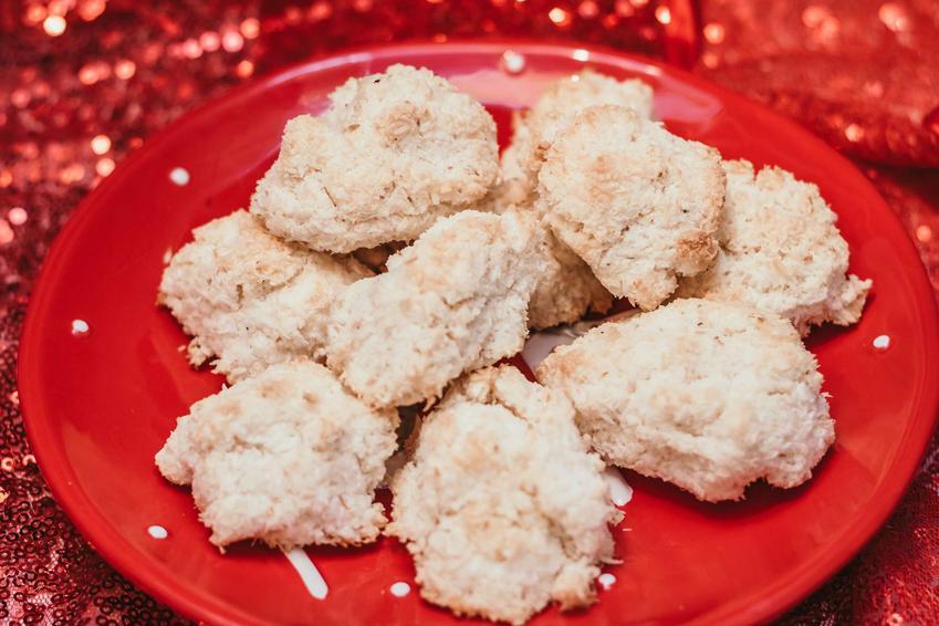 Kokosanki znajdują się na czerwonym talerzu.