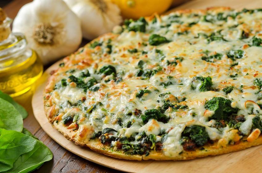 Pizza ze szpinakiem, sosem czosnkowym, łososiem wędzonym i serem feta