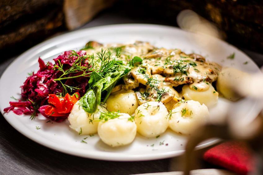Polędwiczki z sosem grzybowym z domowymi kluskami i buraczkami