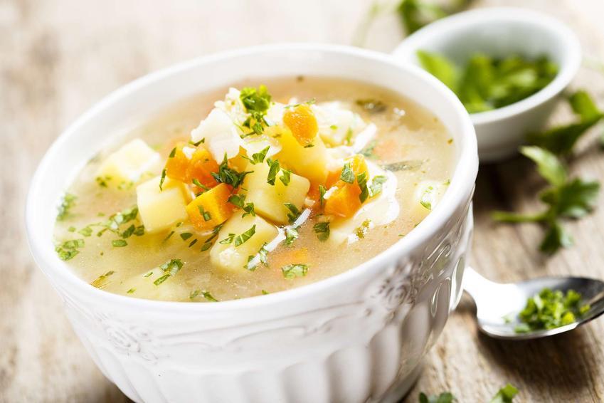 Zupa ziemniaczana podana w eleganckiej miseczce i ozdobiona natką pietruszki.
