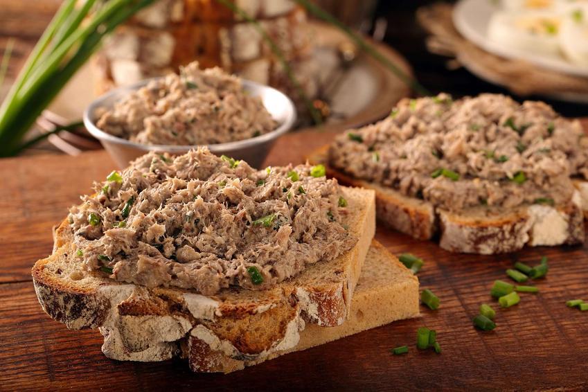 Pasta z tuńczyka podana na pieczywie.