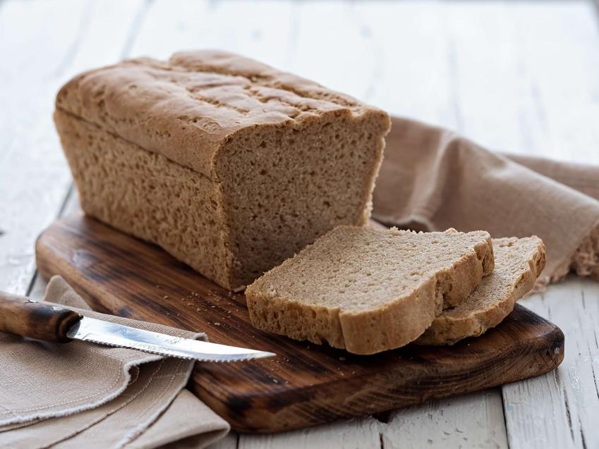 Chleb bez drożdży, częściowo pokrojony na kromki.