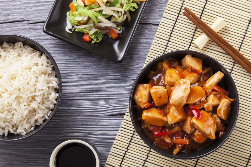 Kurczak po wietnamsku w miseczce podany z ryżem i sałatką.
